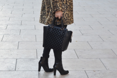 Du côté d'Elena ur un sac noir Misstella