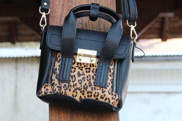 SWAGDAY sur un sac bandoulière avec un motif d'animaux